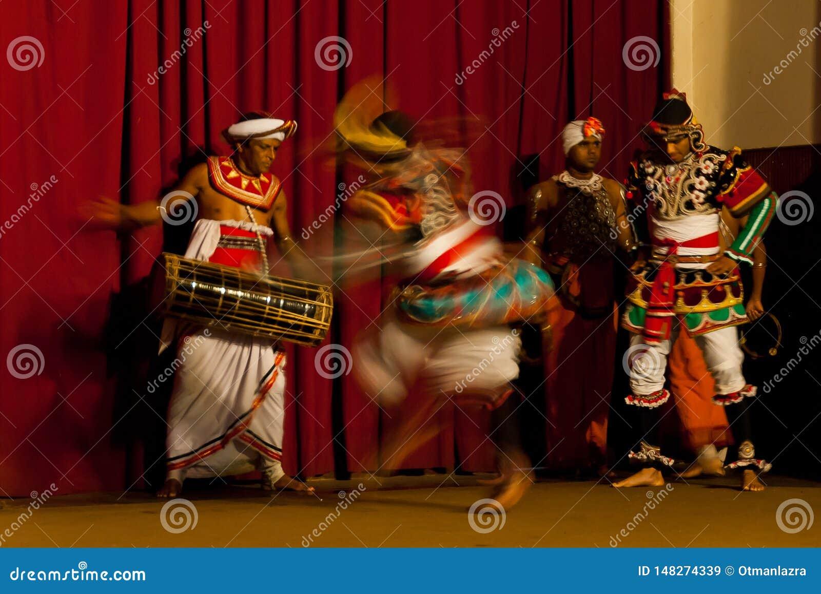Mostra da dança tradicional no Y M B A Salão em Kandy, Sri Lanka