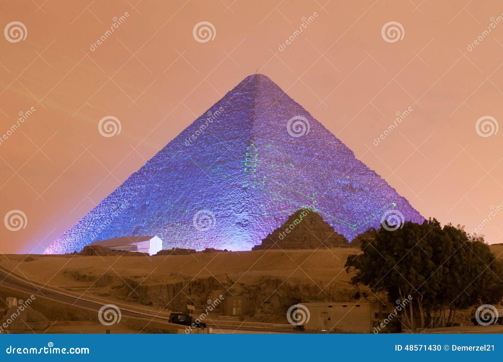 Mostra da pirâmide de Giza e da luz da esfinge na noite - o Cairo, Egito