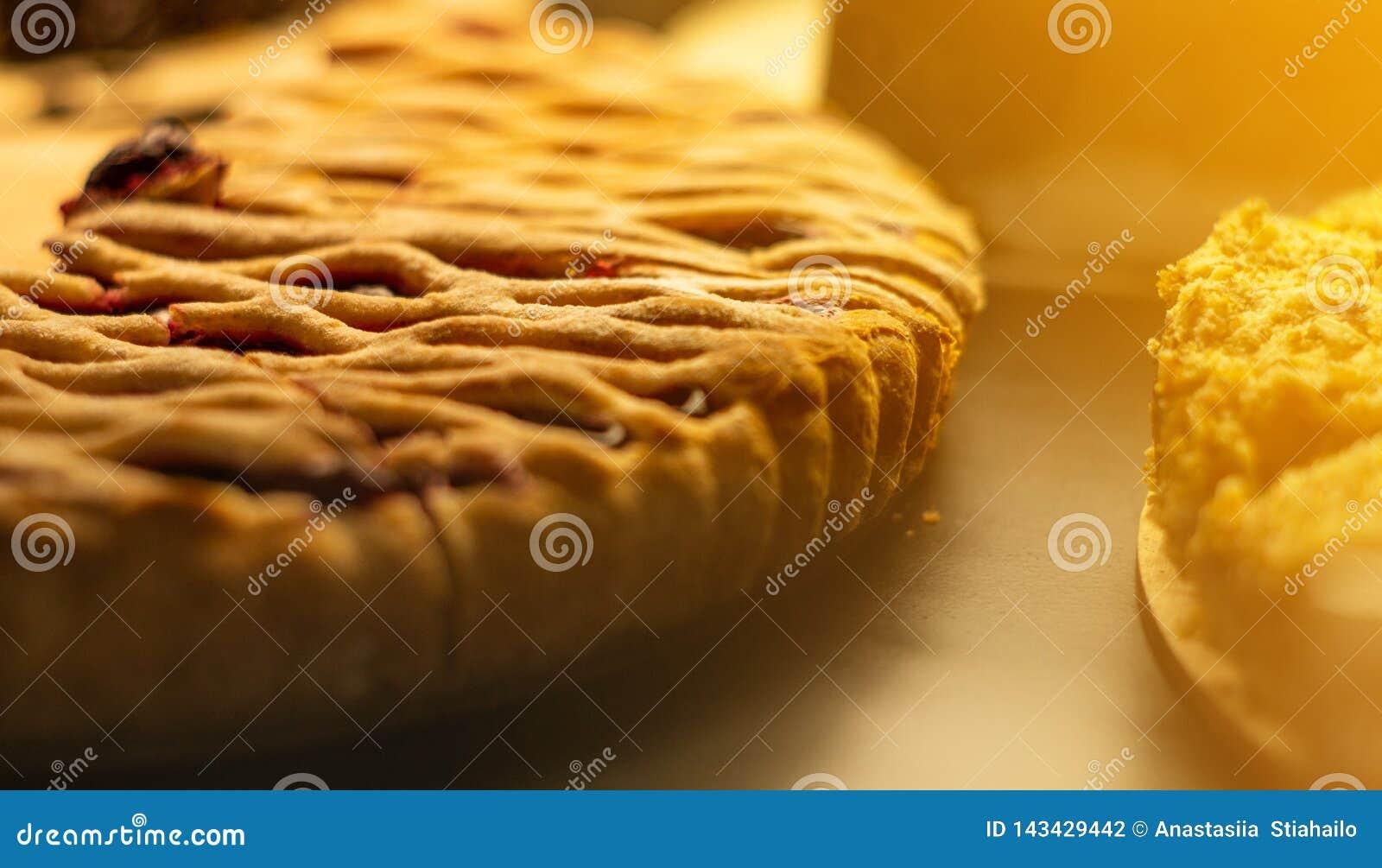 Mostra-janela de vidro na cafetaria com partes de torta saboroso do fruto Doces saborosos