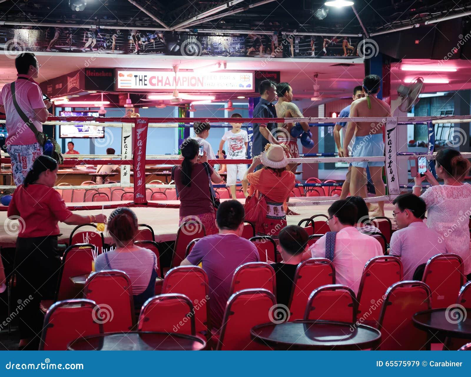 Mostra tailandesa do encaixotamento aos turistas na barra da noite