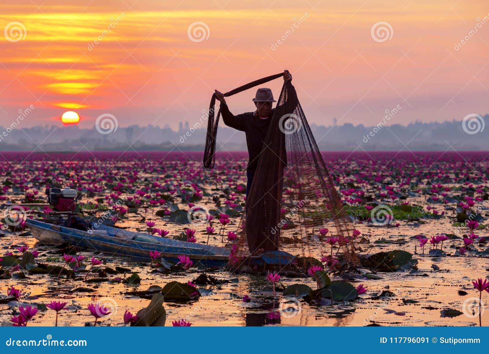 Mostre em silhueta o pescador que trabalha no barco no lago para travar o fi