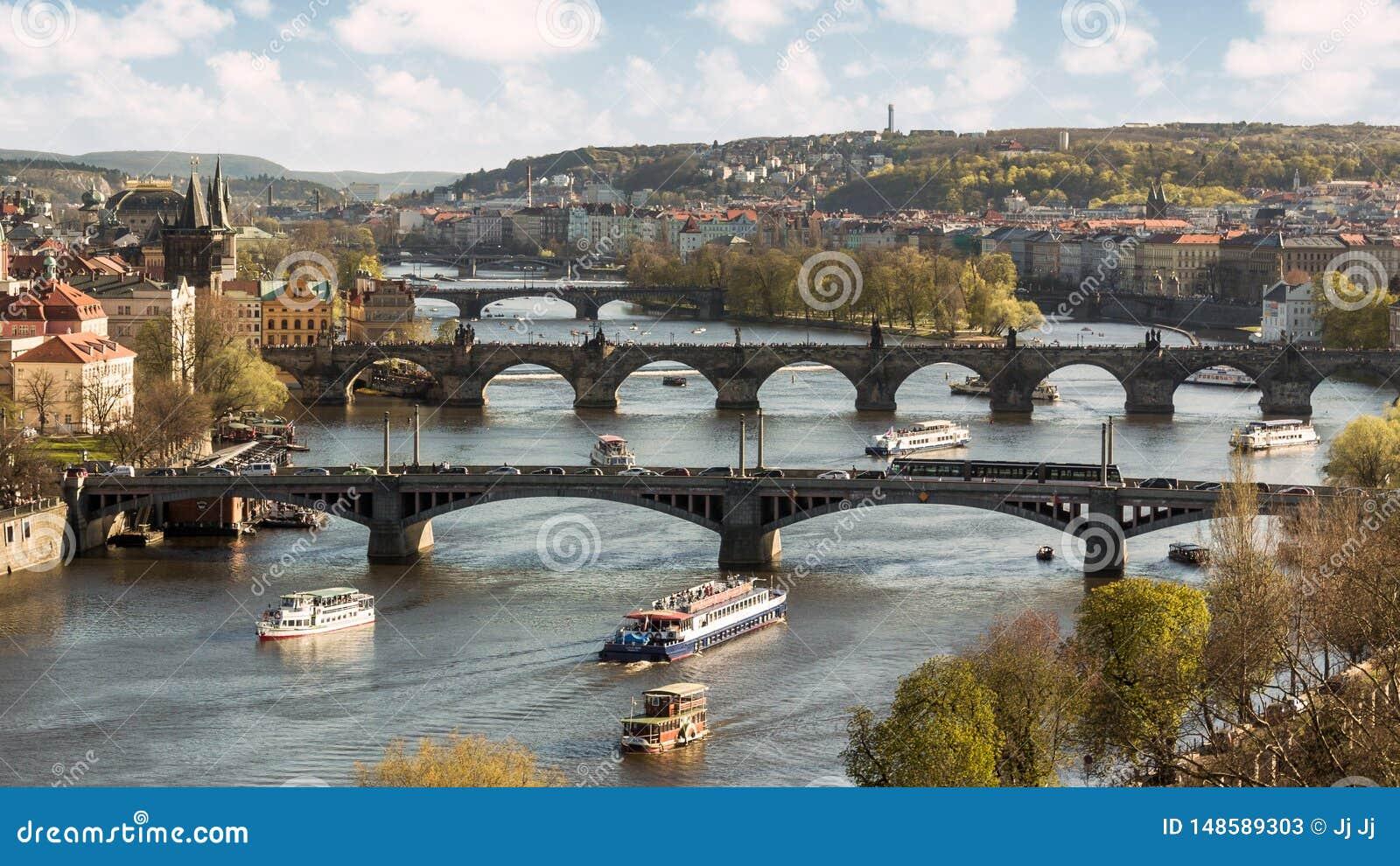 Mosty Moldava rzeka w Praga