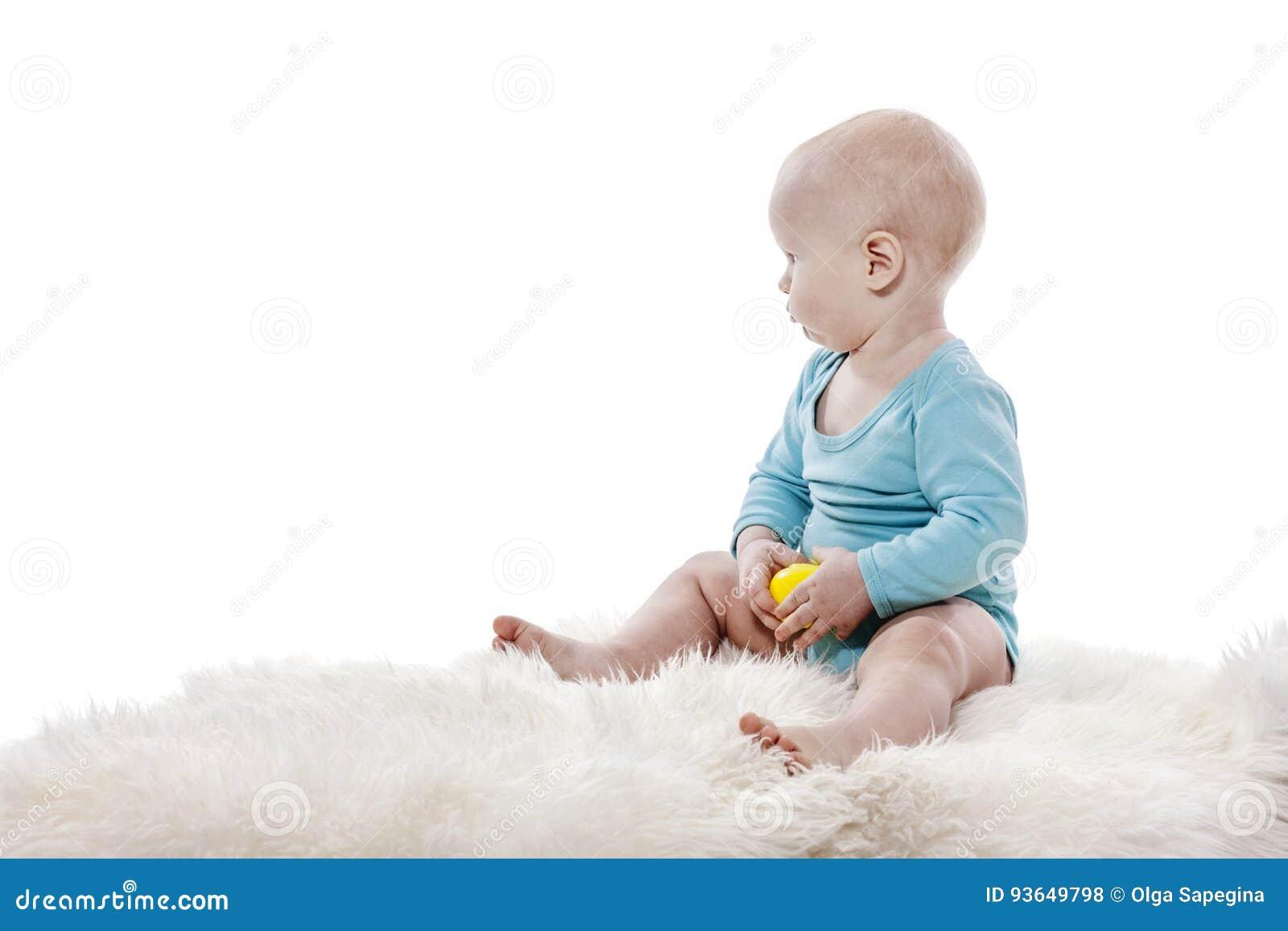 Mot behandla som ett barn bakgrundspojken isolerad sittande white