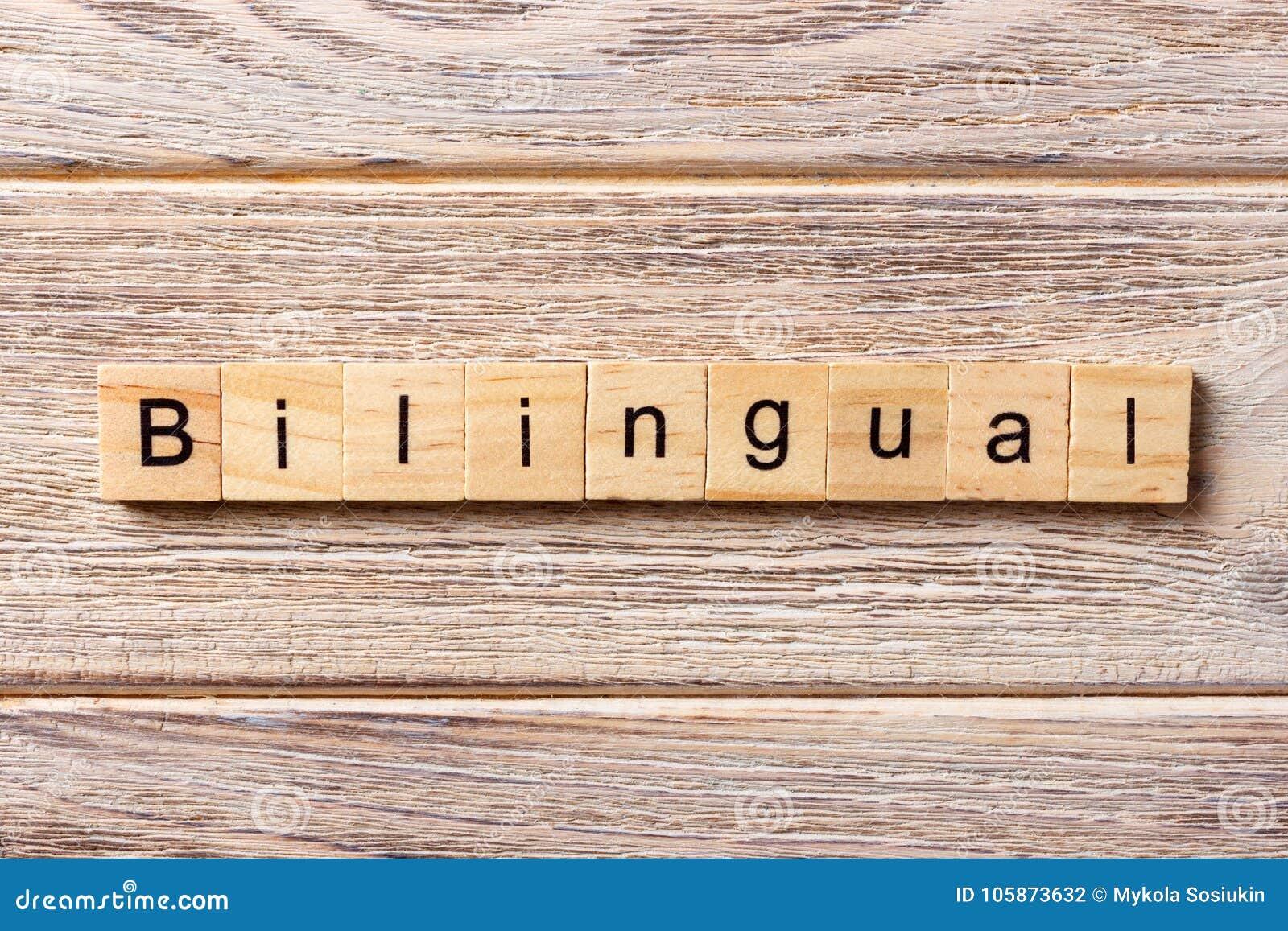 Mot bilingue écrit sur le bloc en bois texte bilingue sur la table, concept
