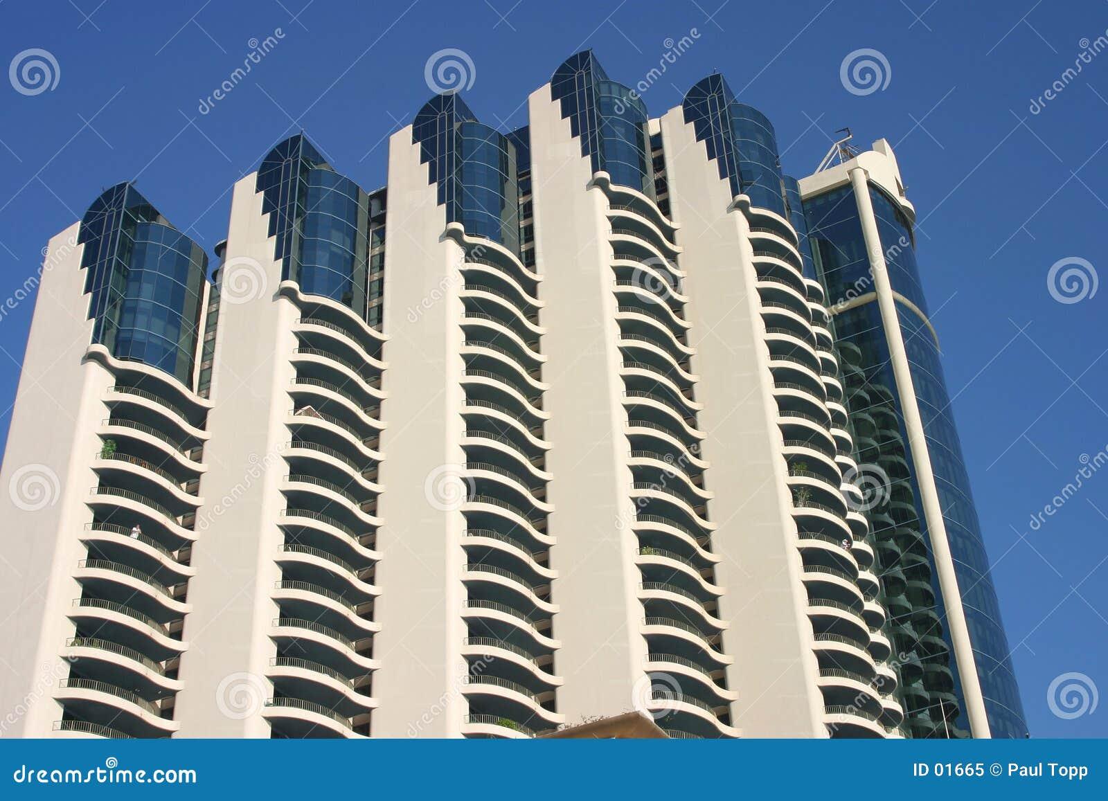 Mot blå byggnad isolerad modern sky