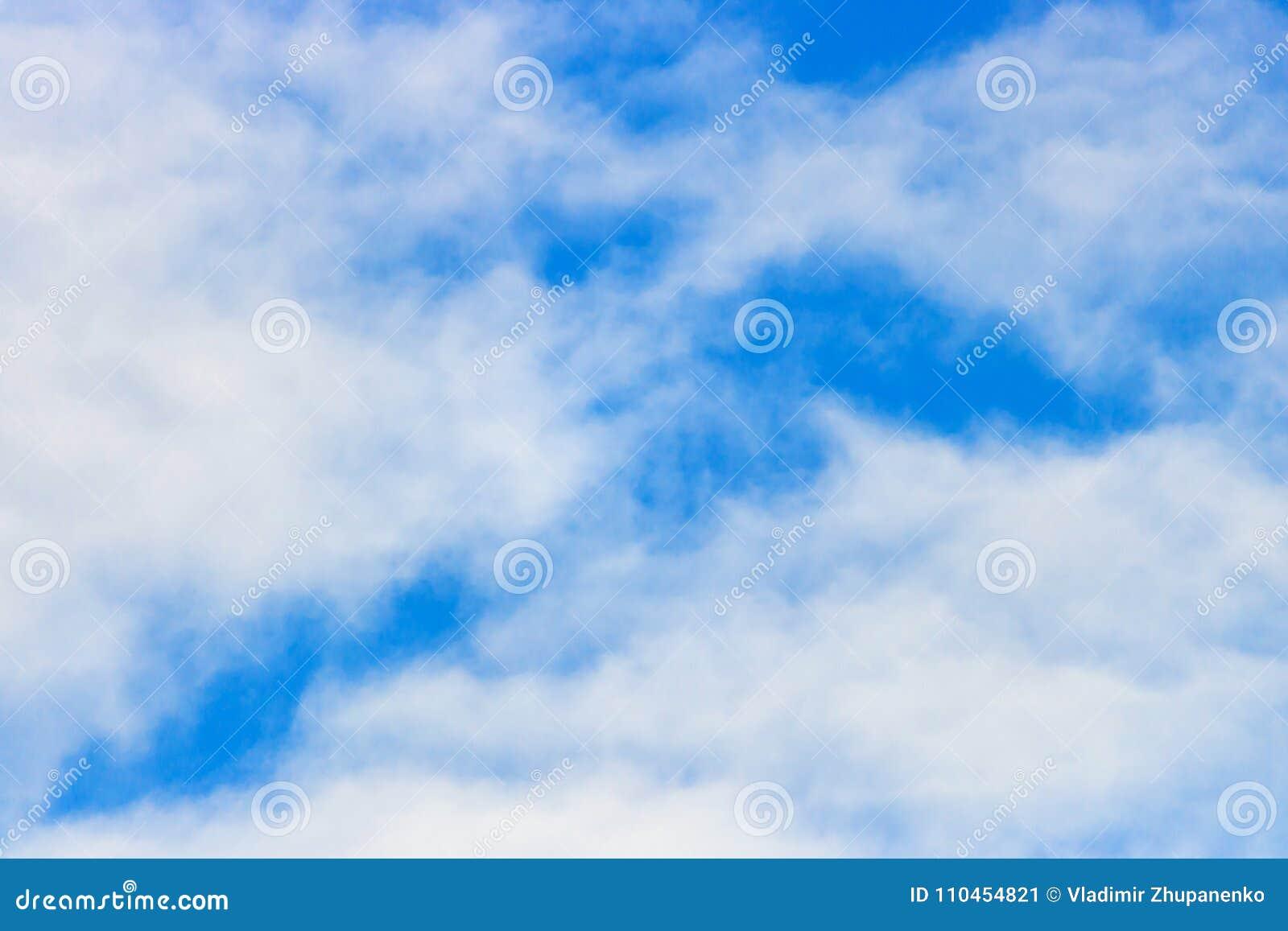 Mot blue clouds slapp white för sky abstrakt bakgrundssky