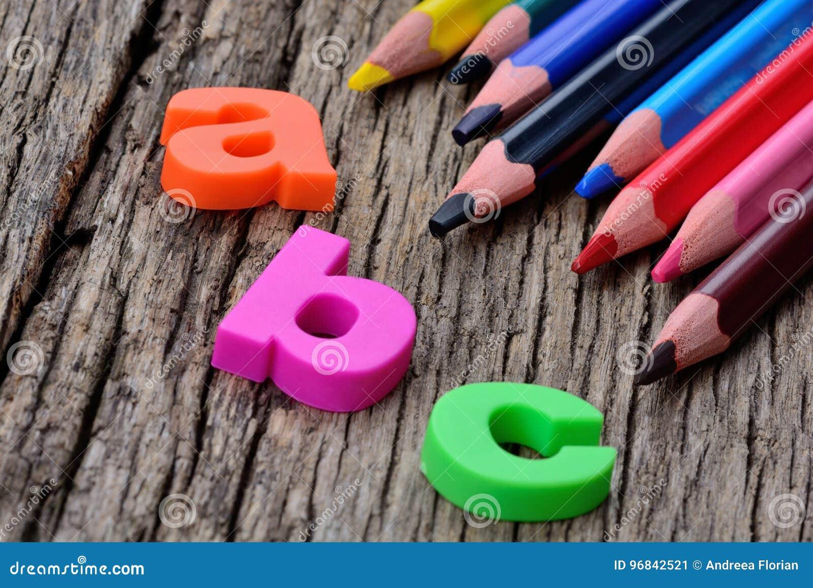Mot d ABC avec les crayons colorés sur la table