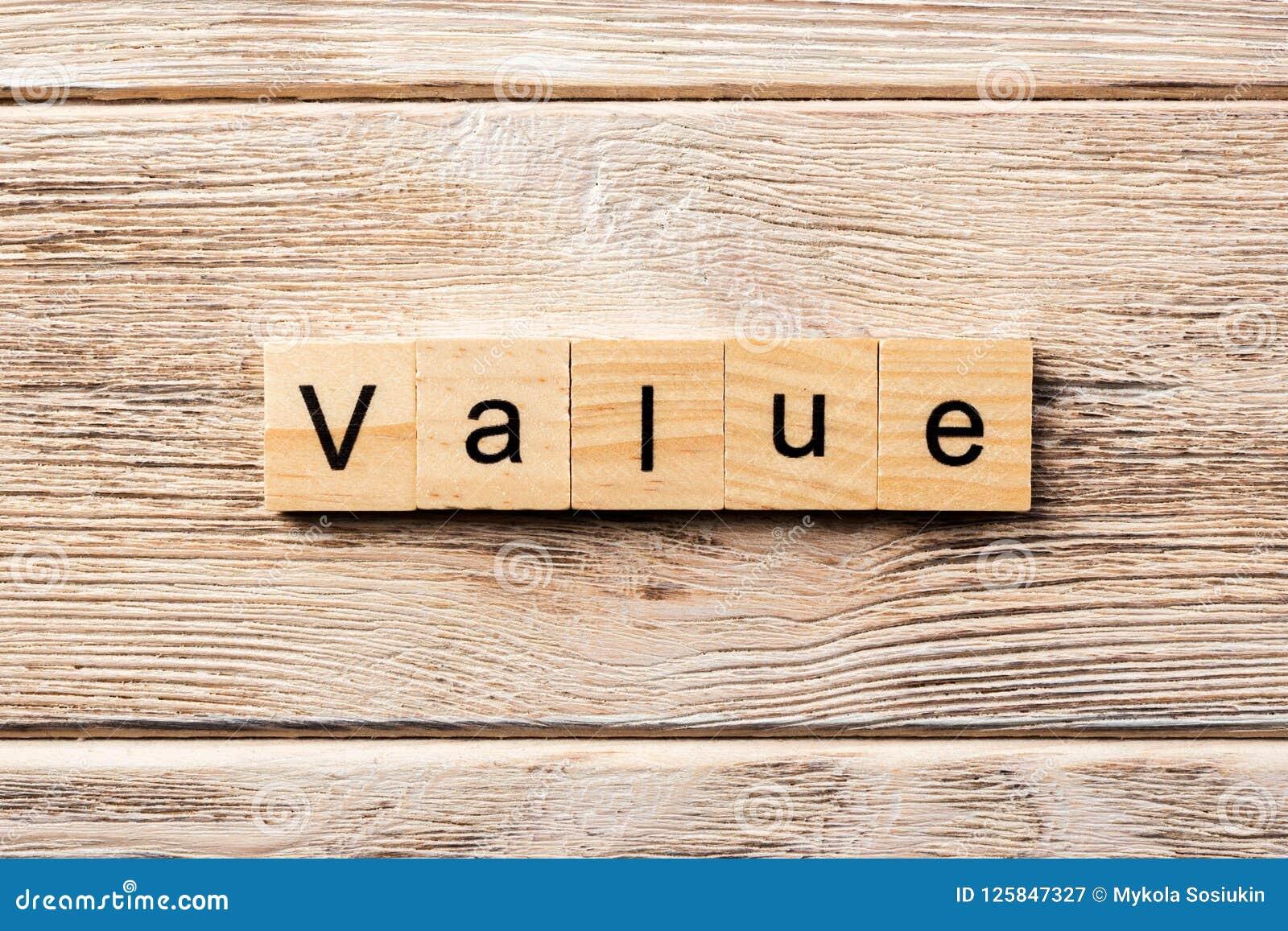 Mot de valeur écrit sur le bloc en bois texte de valeur sur la table, concept