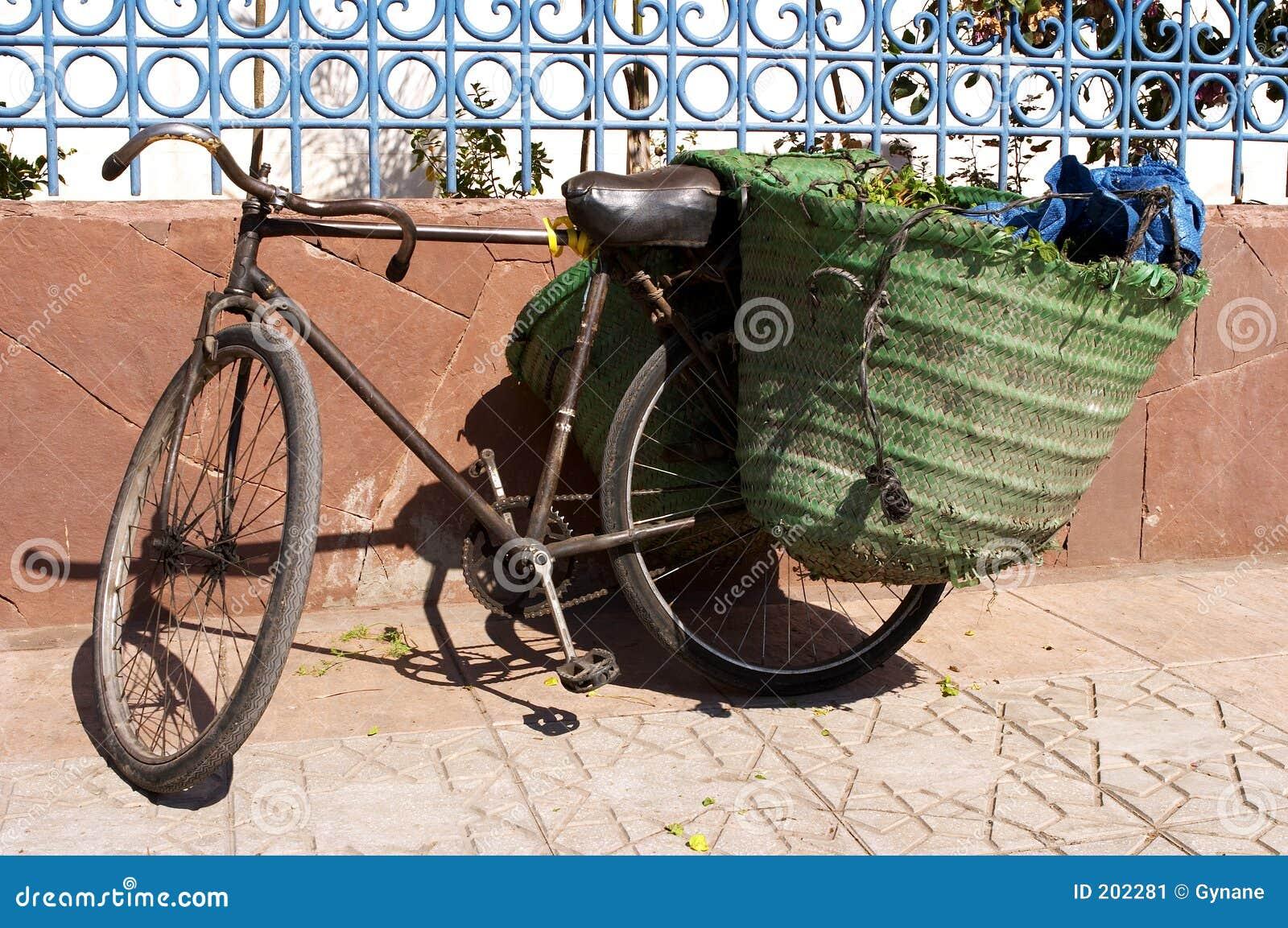Mot den tillbaka cykeln som lutar den gammala panniersväggen