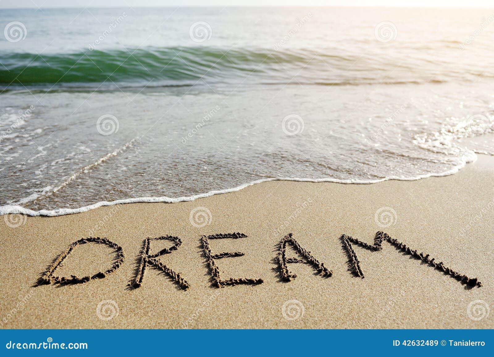 Mot rêveur écrit sur le sable de plage - concept de pensée positif
