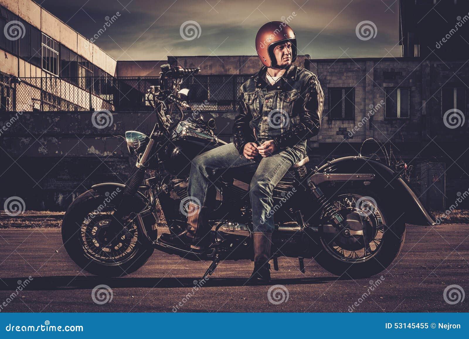 motard et sa moto de style de bobber image stock image du am ricain construit 53145455. Black Bedroom Furniture Sets. Home Design Ideas
