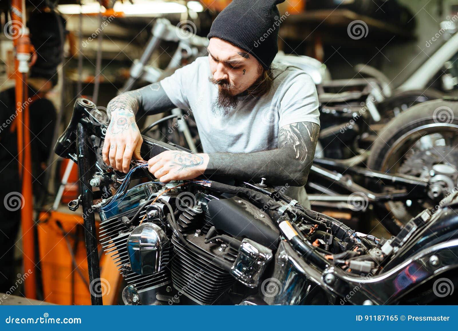 motard tatou brutal adaptant la moto aux besoins du client image stock image du personnaliser. Black Bedroom Furniture Sets. Home Design Ideas