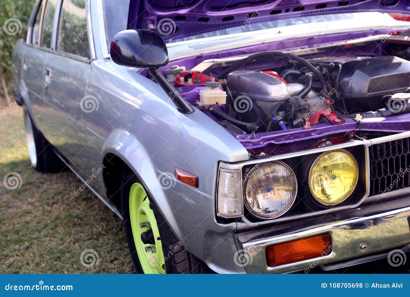 Moteur de voiture bleu sportif Vue de côté de voiture de vintage Lumières principales de voiture de course