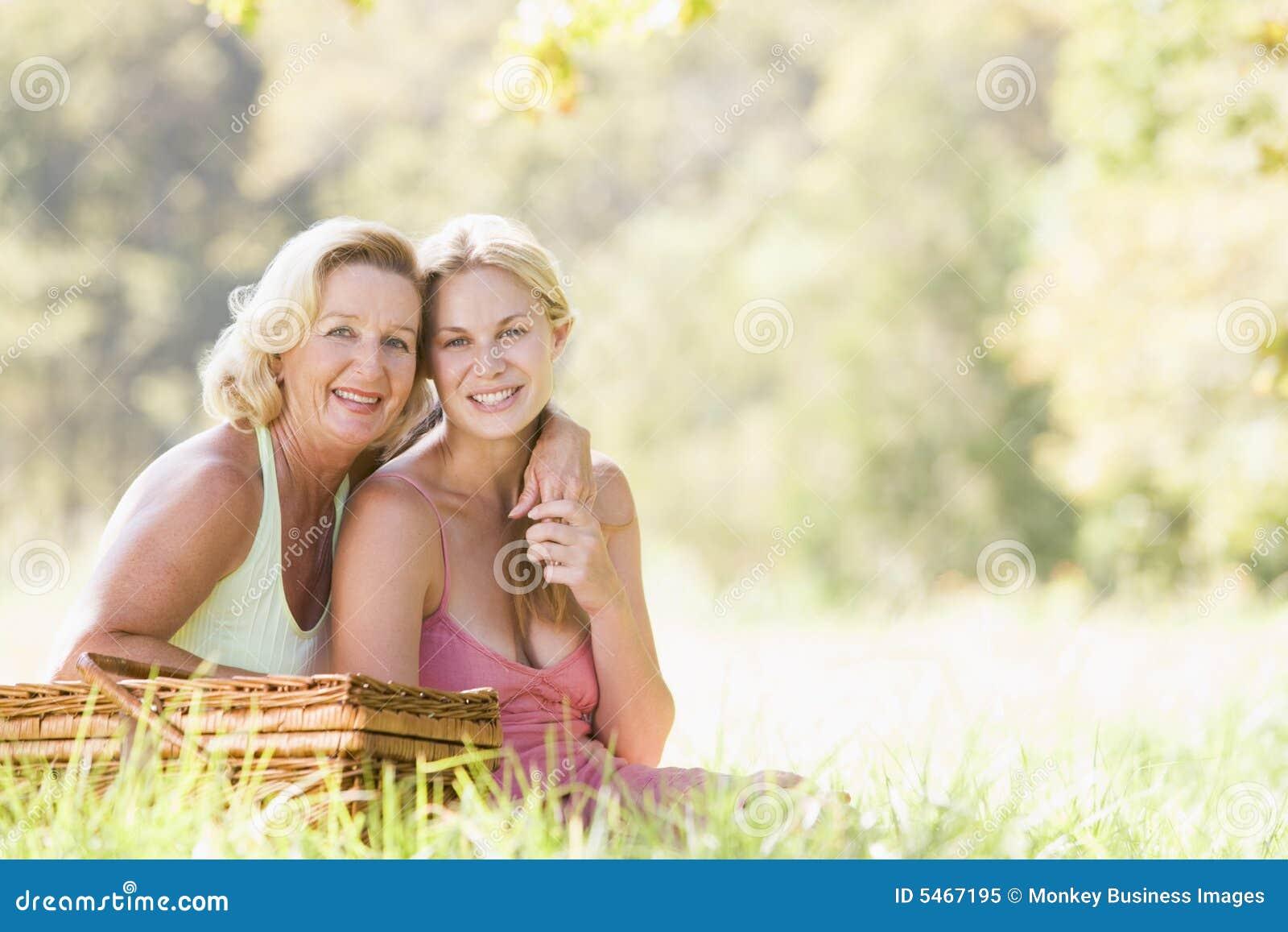 С мамочками на пикнике 16 фотография
