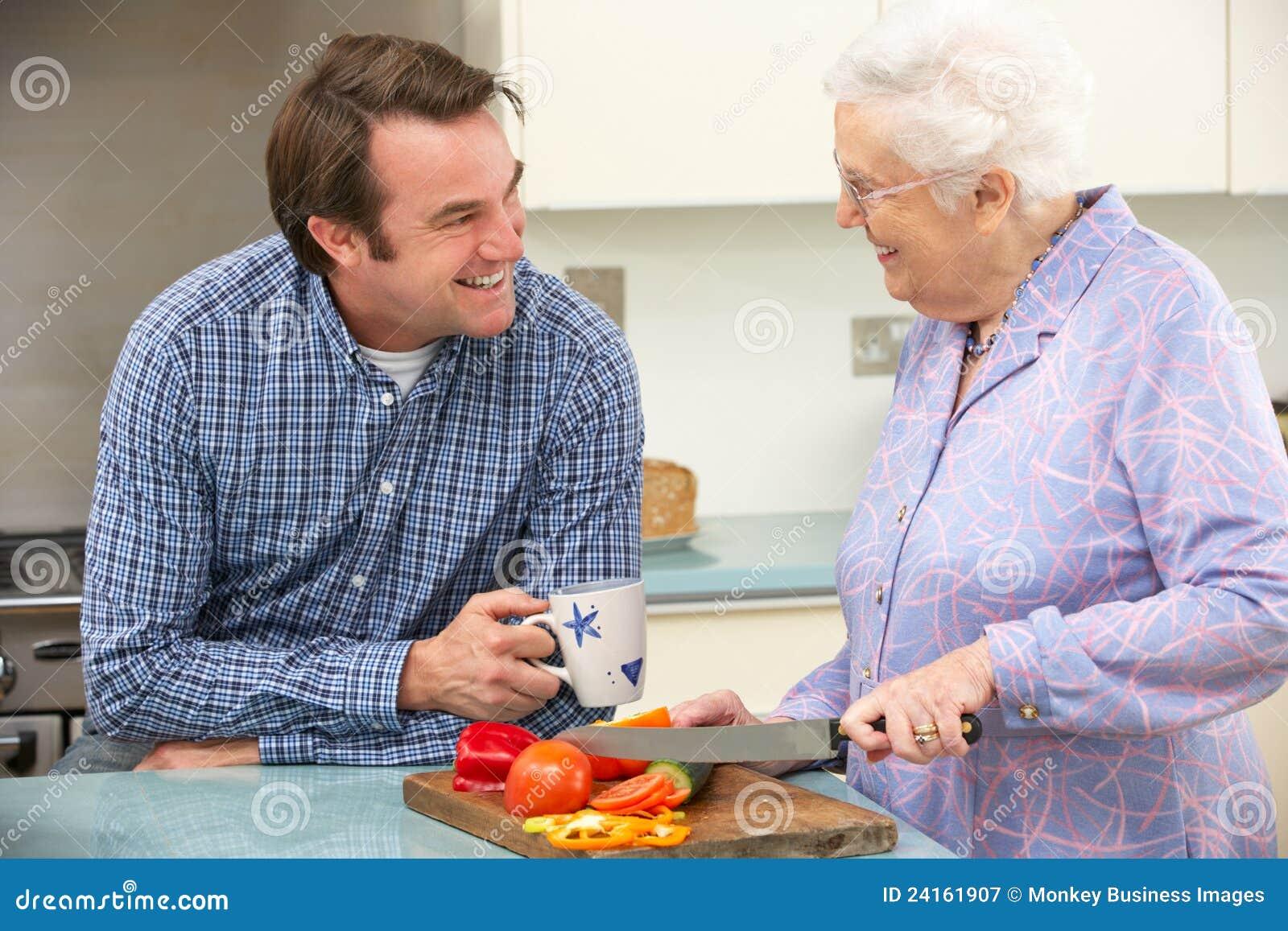 Сын и пожилая мать 14 фотография