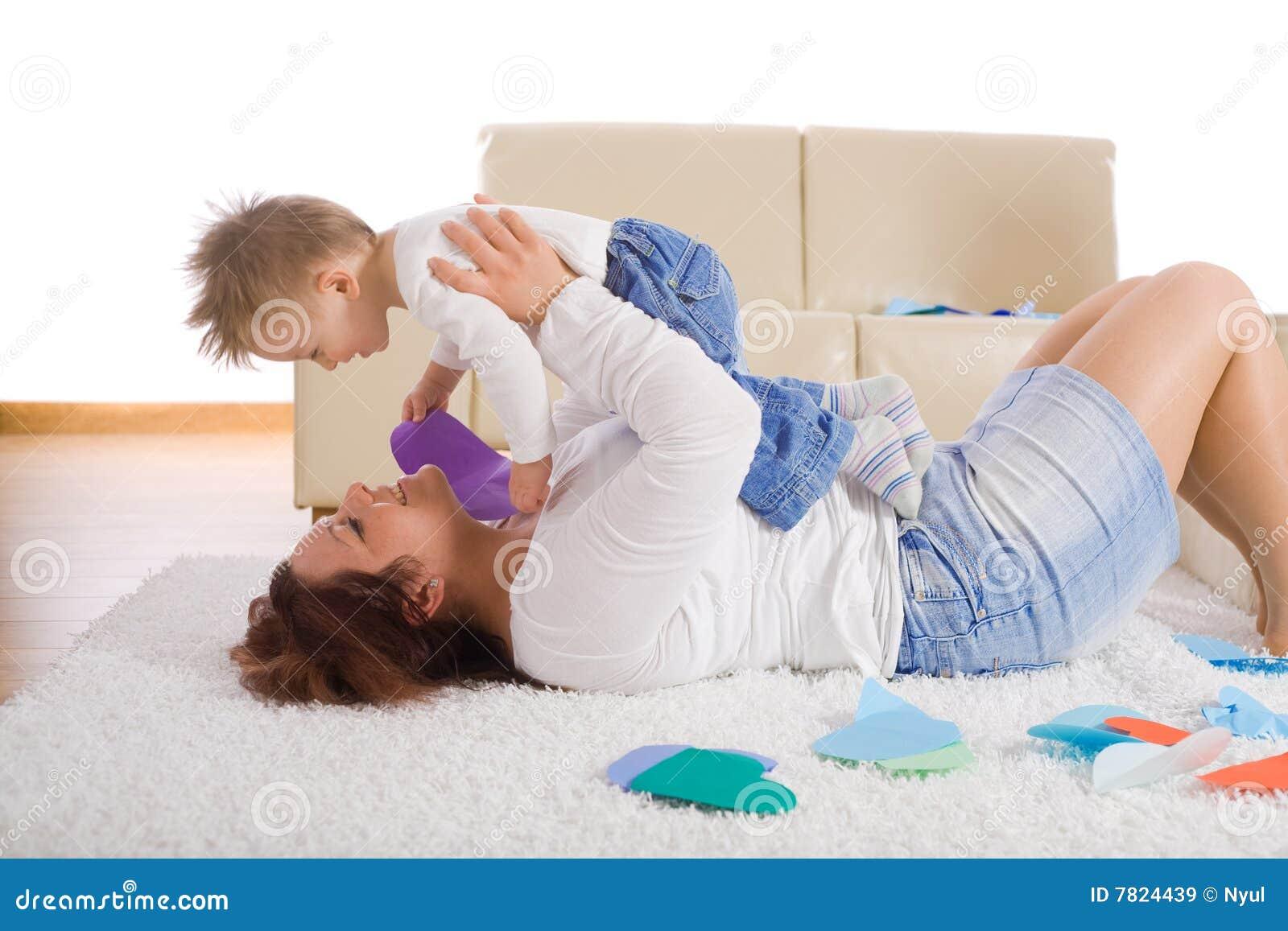 Сын с мамой играют в карты 7 фотография