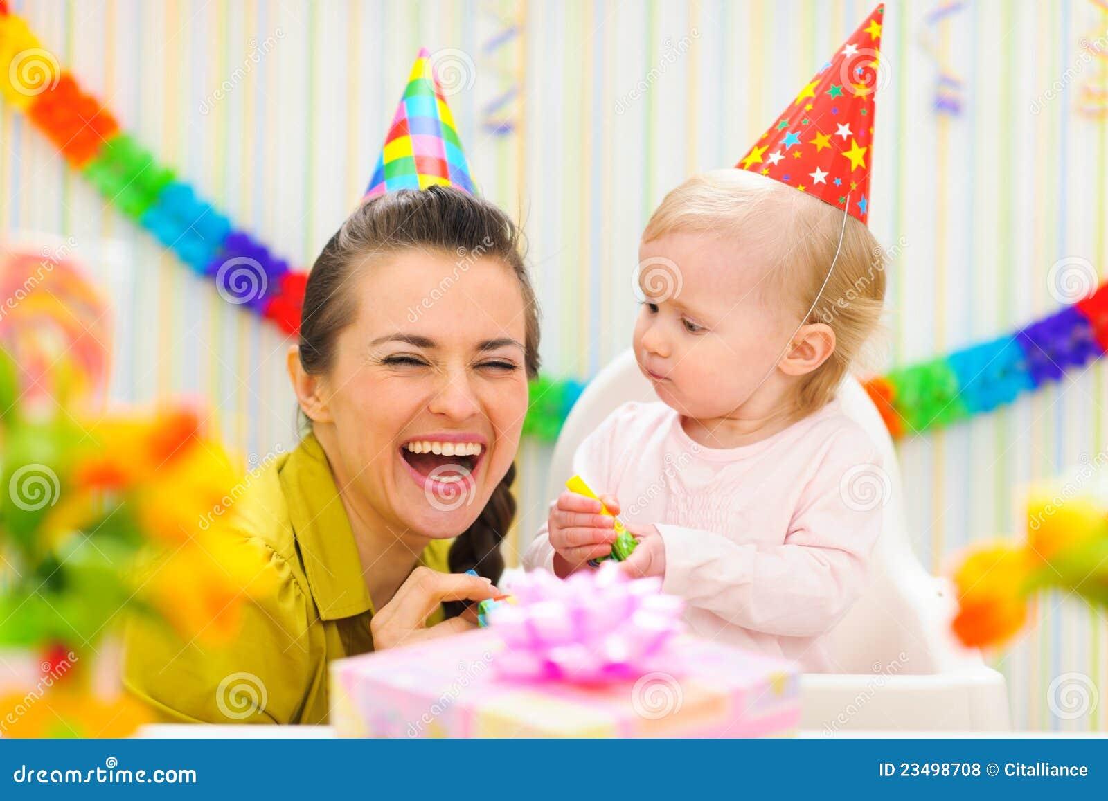 Ребенок с подарком 1 год