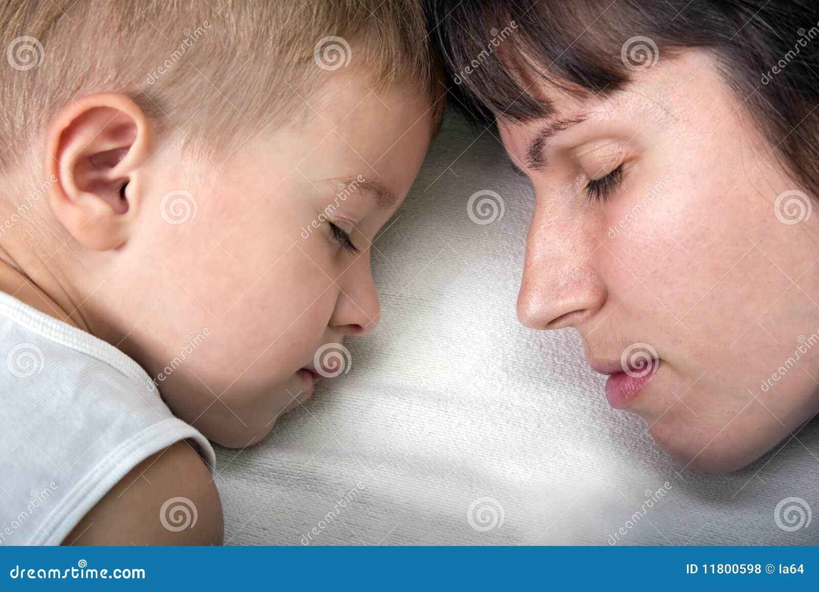 Спящая и сын 25 фотография