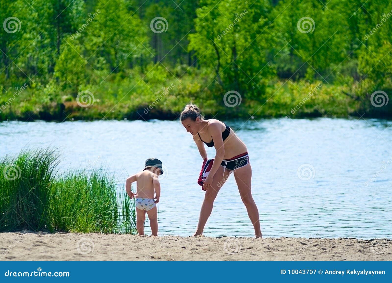 Пошла купаться на речку без купальника 16 фотография
