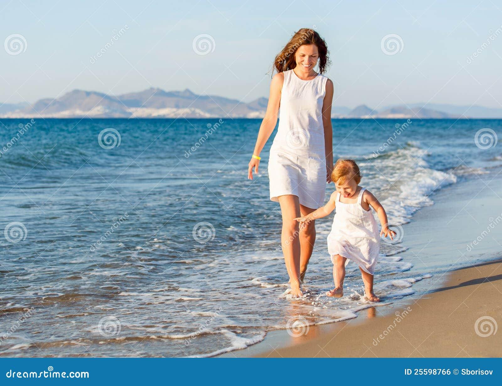Фото с пляжей мам и дочек 16 фотография