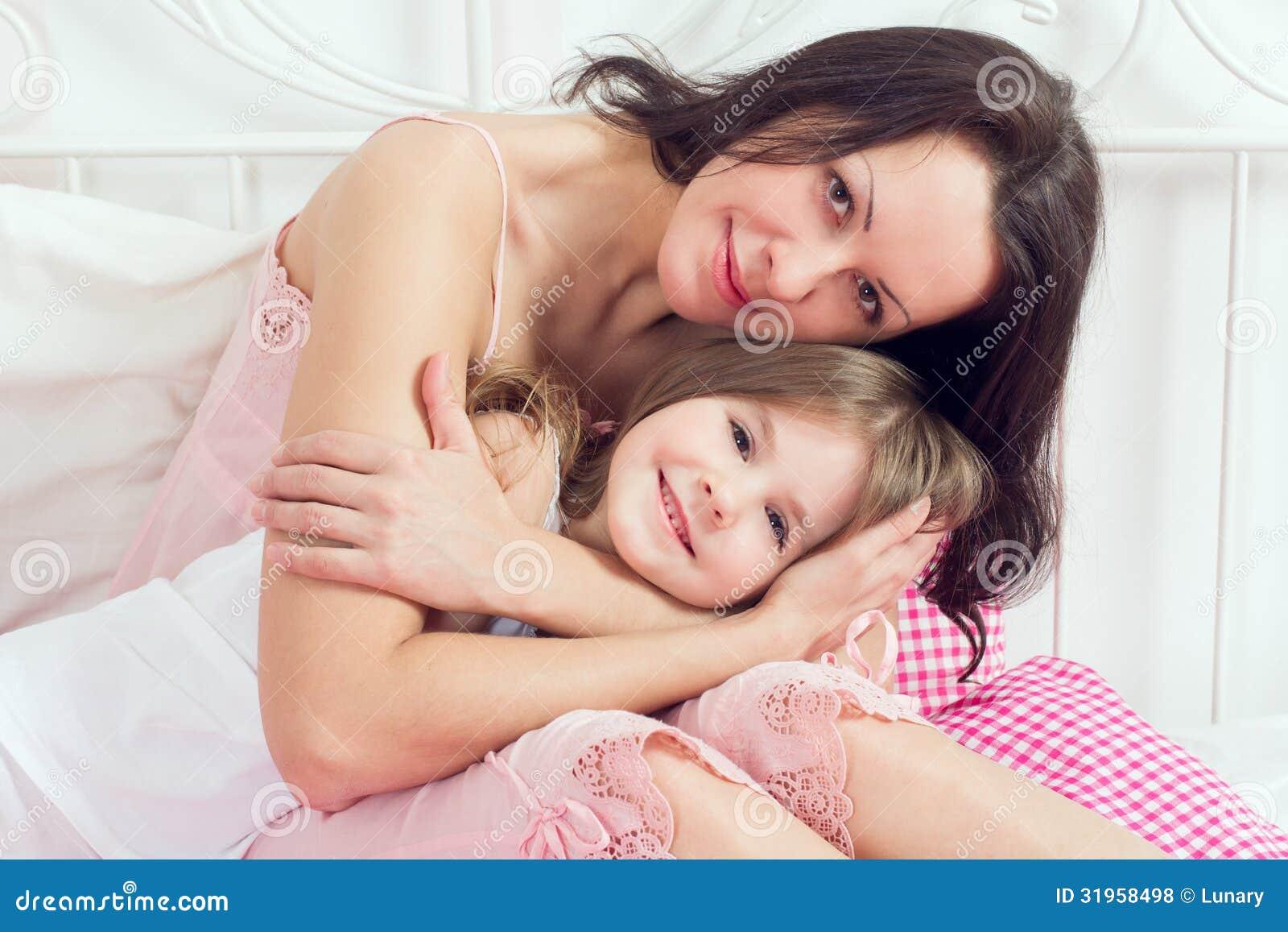 Смотреть секс мама дочка, В инцест видео мамы с дочкой есть место и соблазну 25 фотография