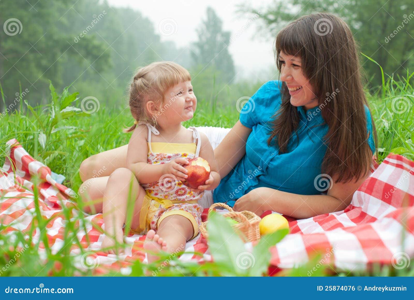 С мамочками на пикнике 7 фотография