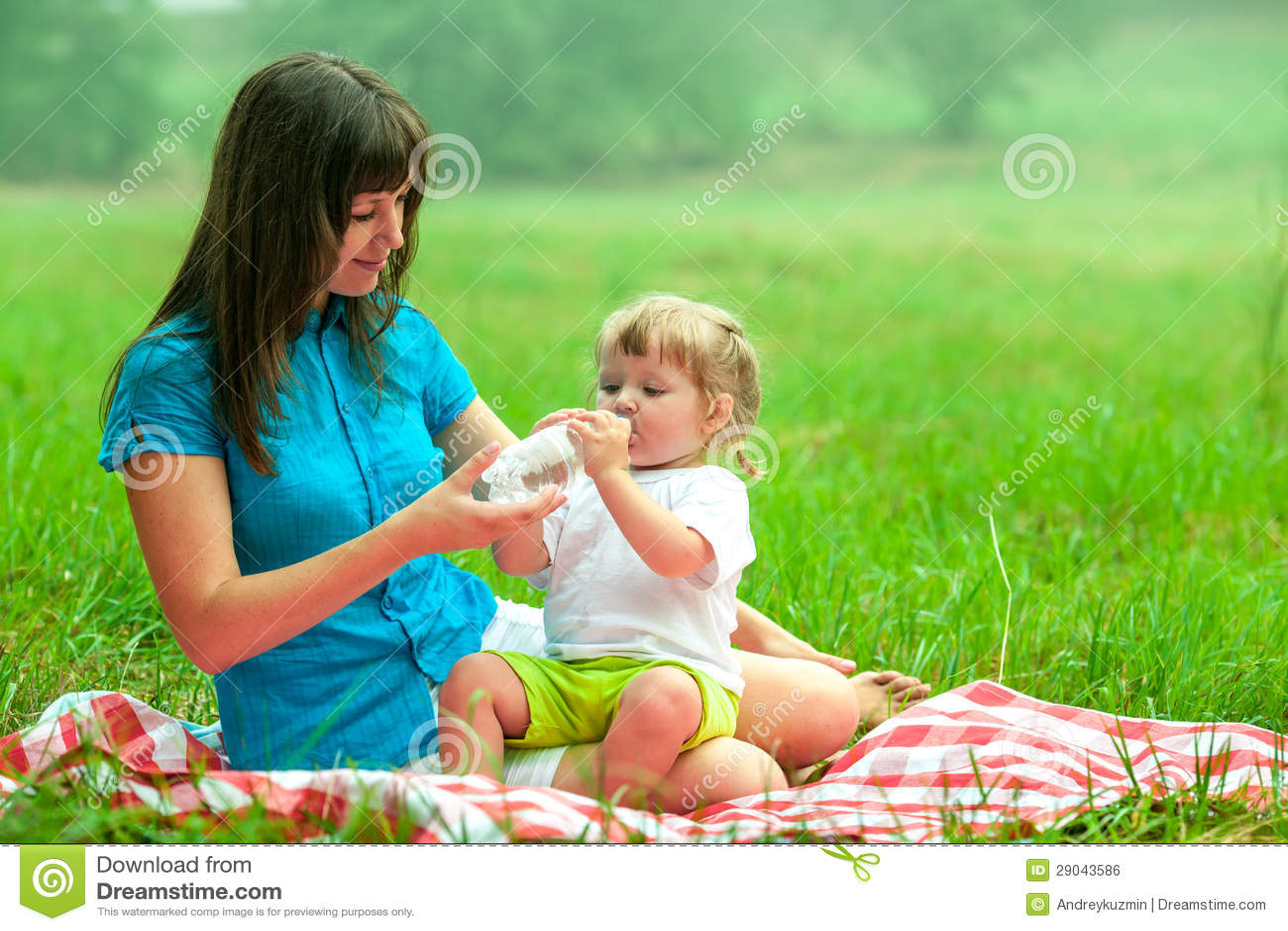 С мамочками на пикнике 21 фотография