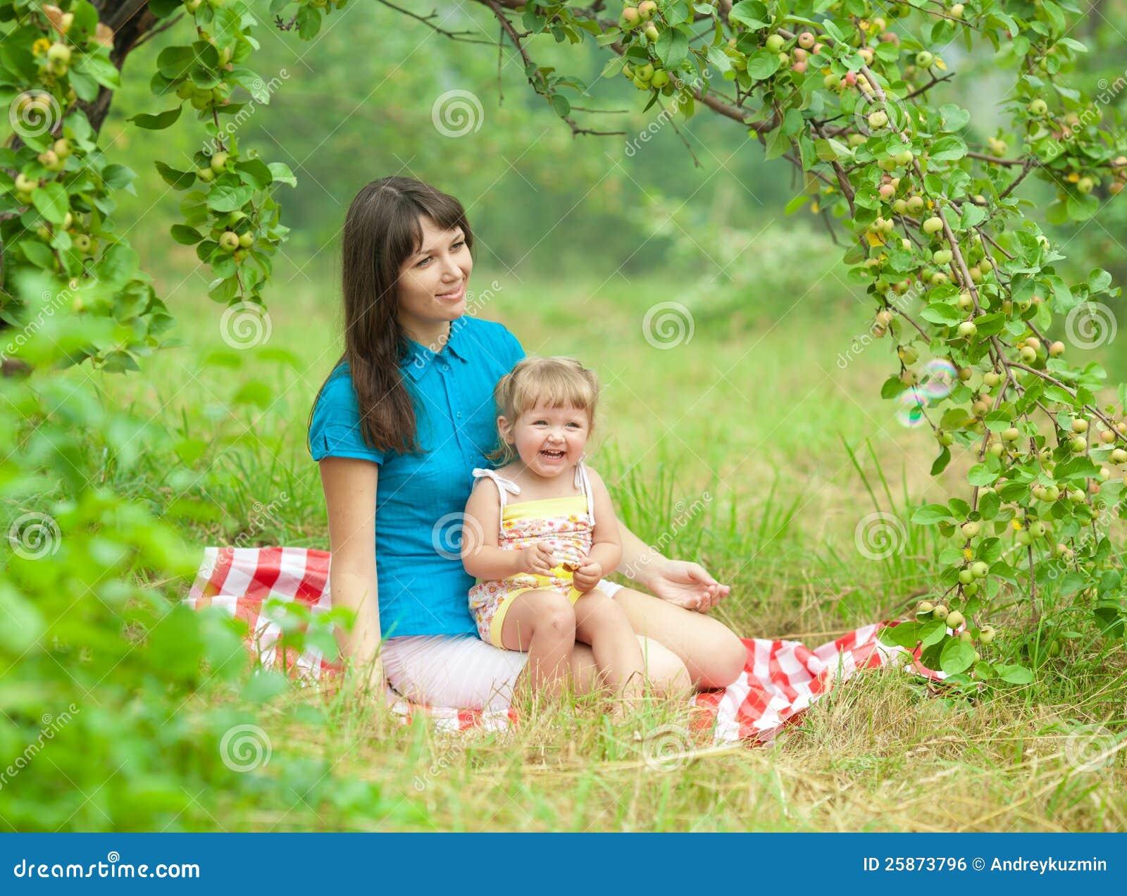 С мамочками на пикнике 13 фотография