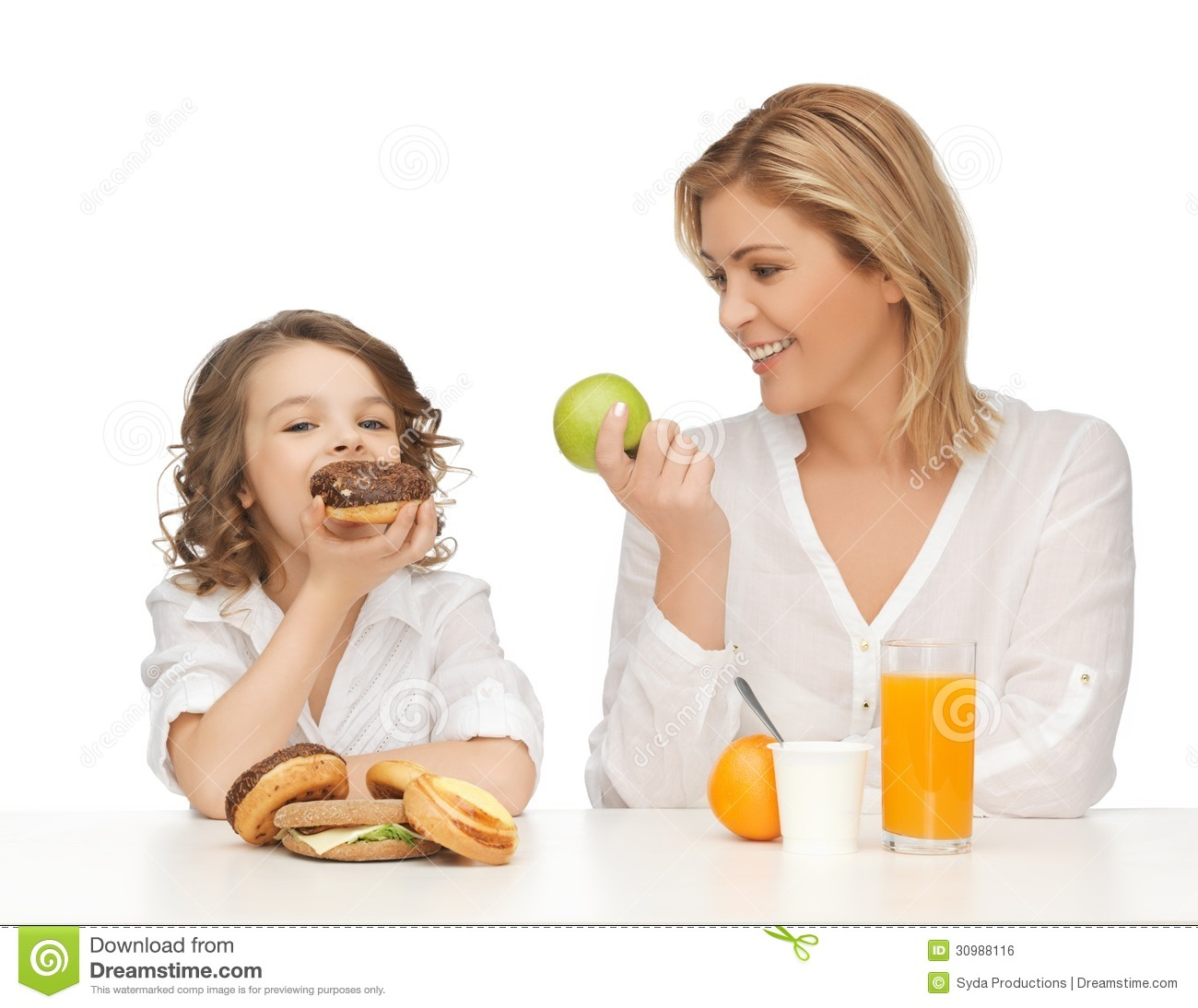 mother-daughter-healthy-unhealthy-food-30988116.jpg