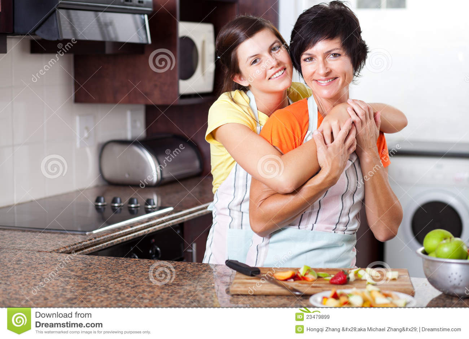 Сын с матерью на кухне 10 фотография