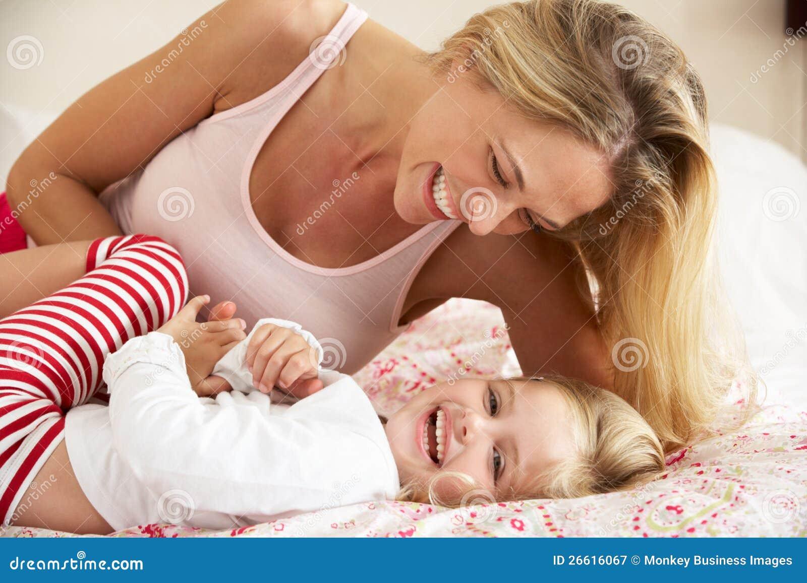 Смотреть секс мама дочка, В инцест видео мамы с дочкой есть место и соблазну 28 фотография