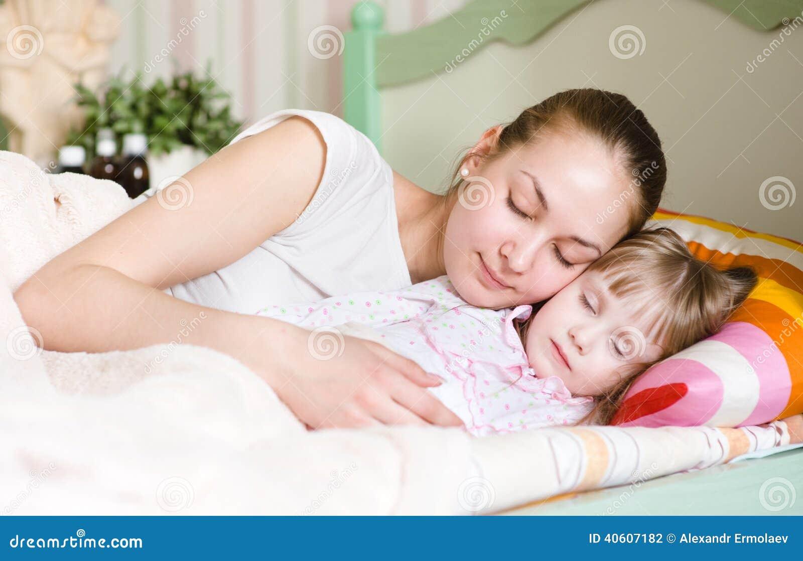 Сын трахнул спящую мать в рот, Похотливый сын поимел спящую маму в рот и пизду 25 фотография
