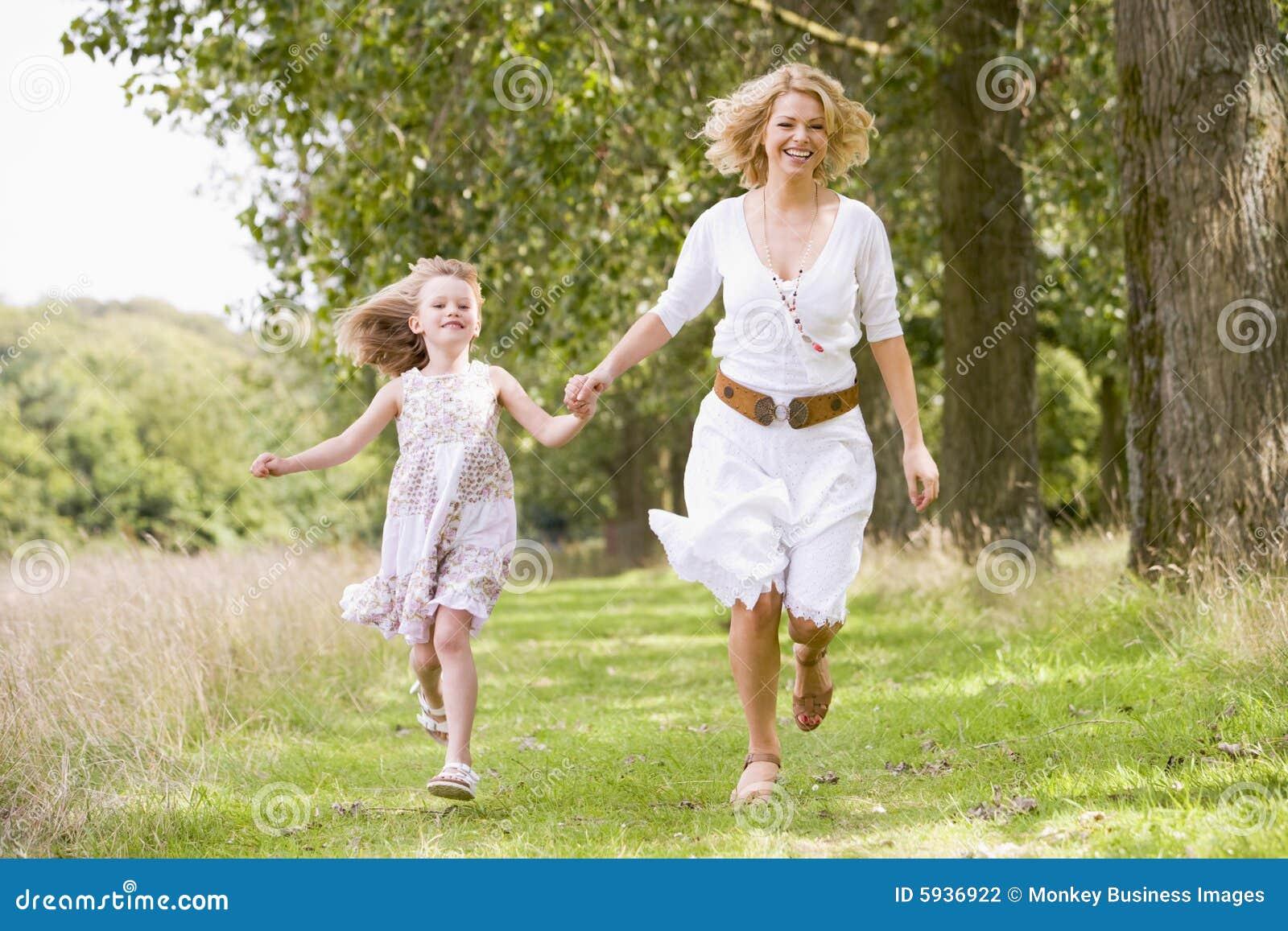 Мама с ребенком идут фото