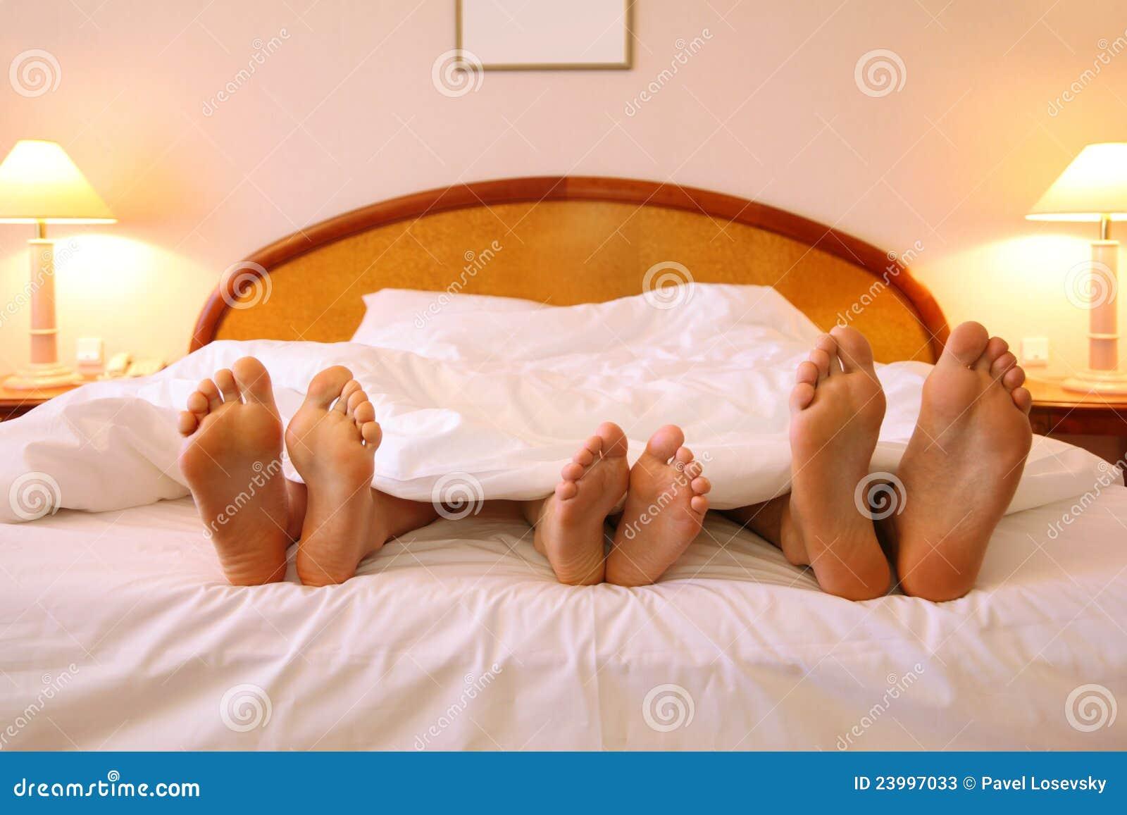 Стянул одеяло с сестры, Сводный брат забрался в постель к спящей сестре 27 фотография