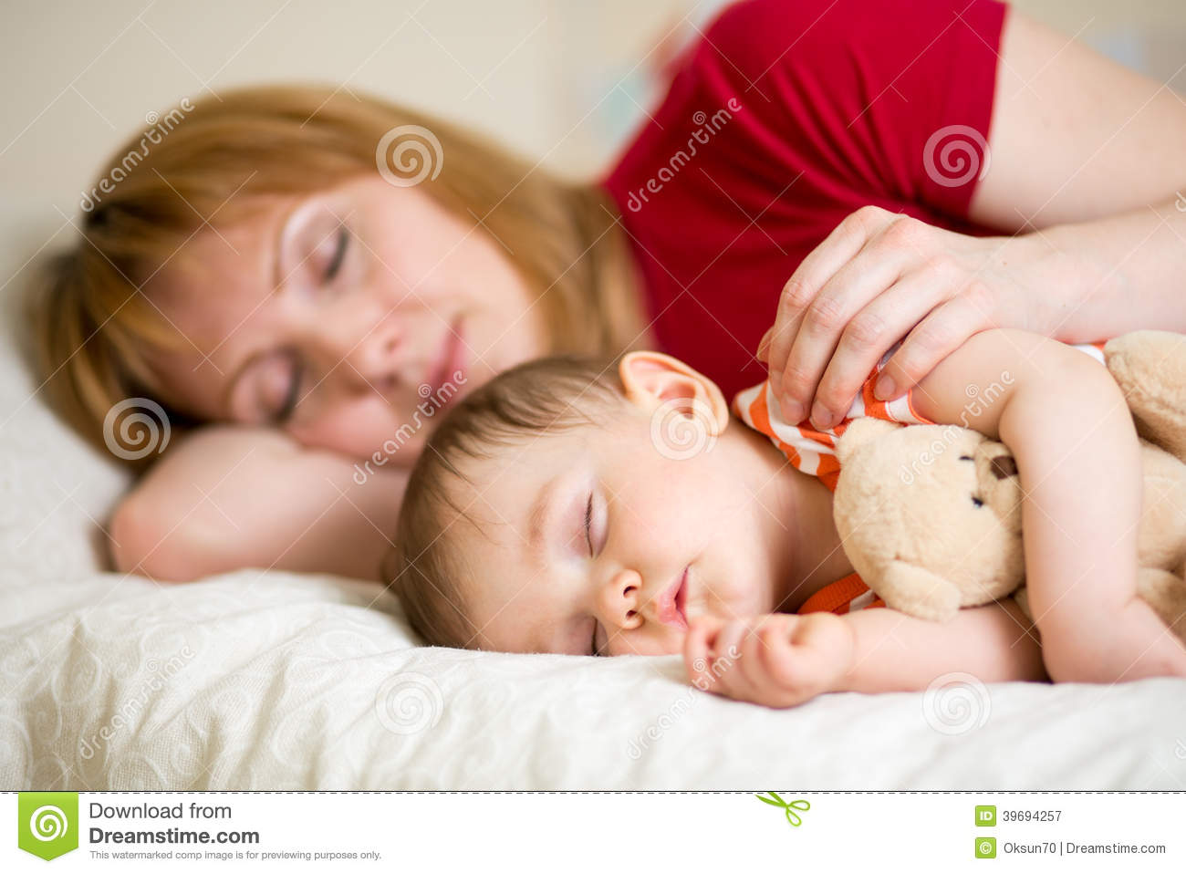 mom and baby sleeping together relationship