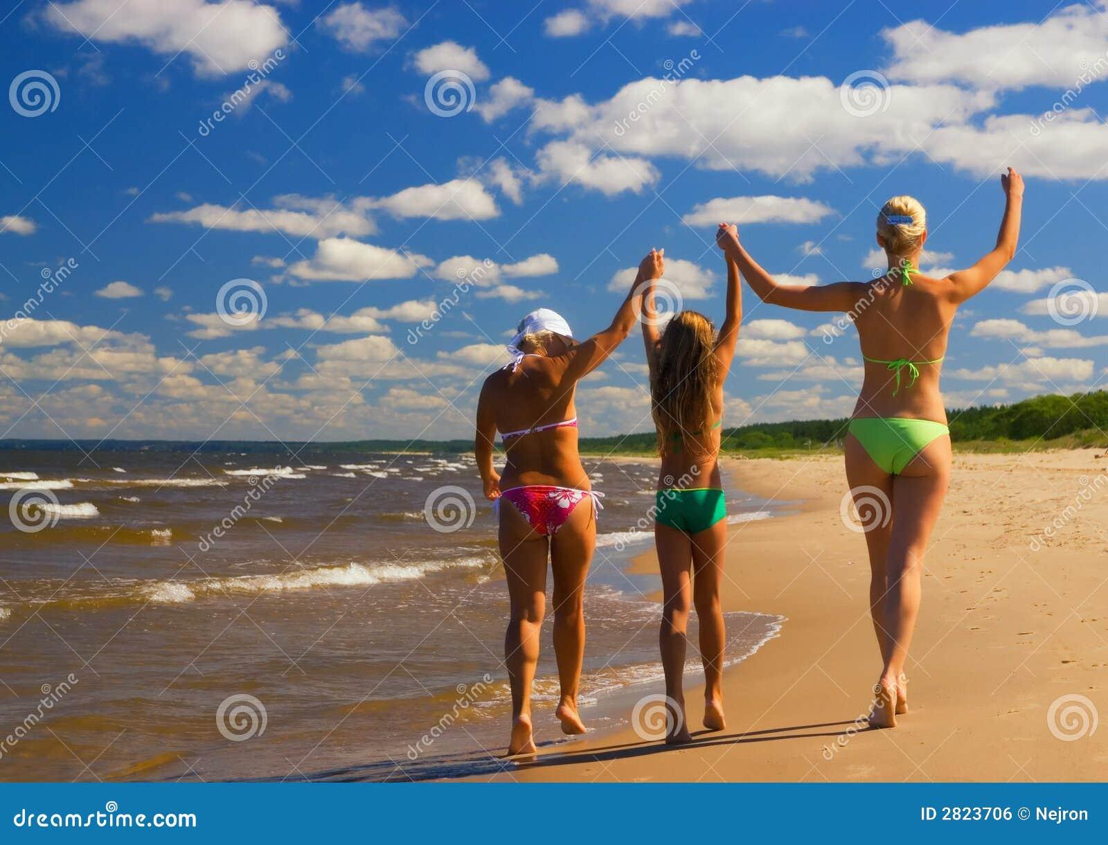 Фото с пляжей мам и дочек 4 фотография