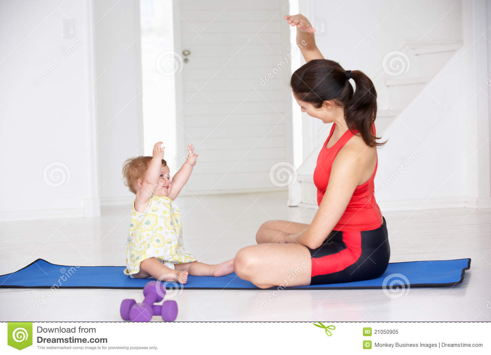Mother och behandla som ett barn göra yoga