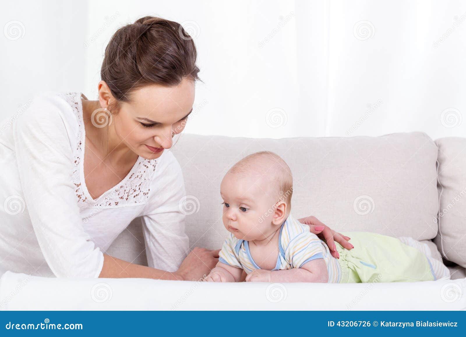 Download Mother Och Behandla Som Ett Barn På Sofaen Arkivfoto - Bild av livstid, barndom: 43206726