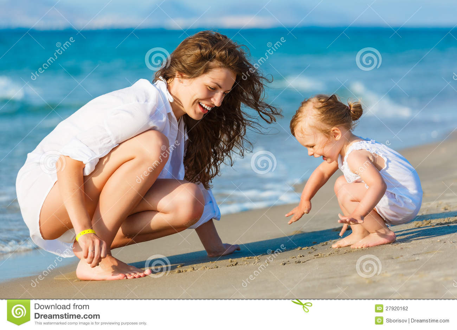 Фото с пляжей мам и дочек 3 фотография