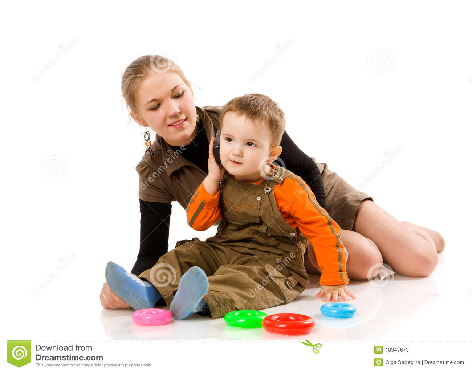 Сын с мамой играют в карты 10 фотография
