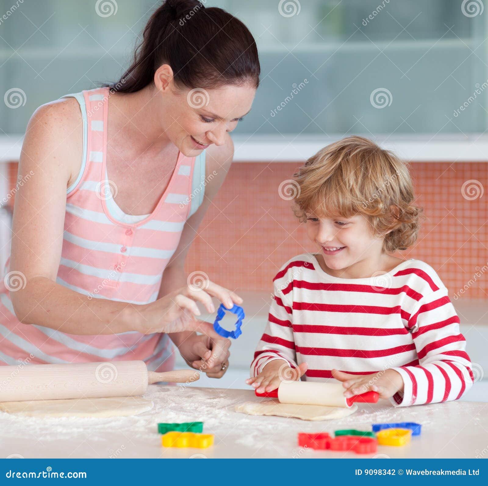 Сын с матерью на кухне 1 фотография
