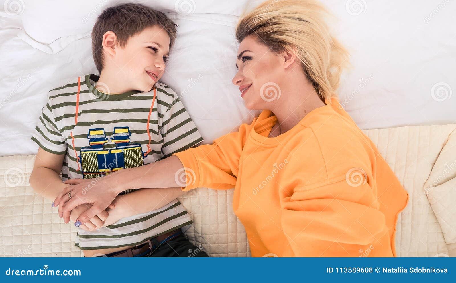 Секс сын мама папа нет дома, Сынок трахает маму пока папы нету дома смотреть 22 фотография