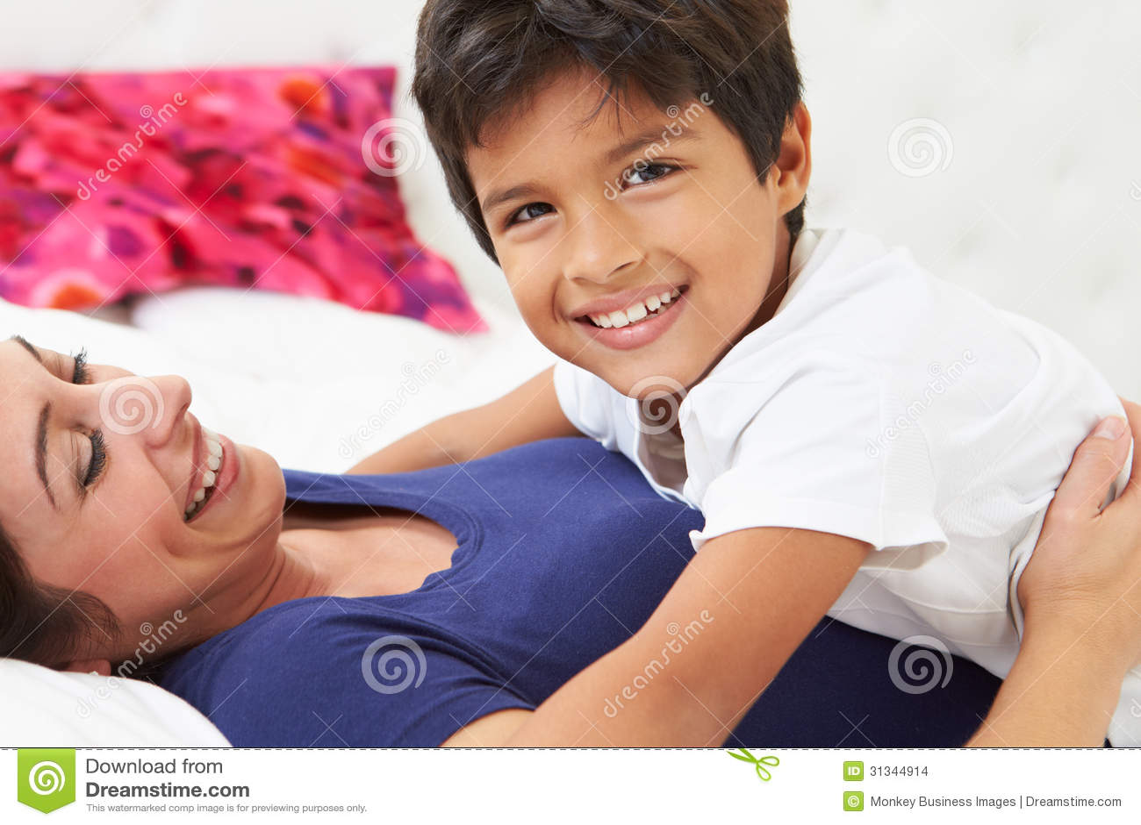 Секс с мамашей в комнате, Роскошно сын ебет мать и вливает ей сперму в нежный 25 фотография