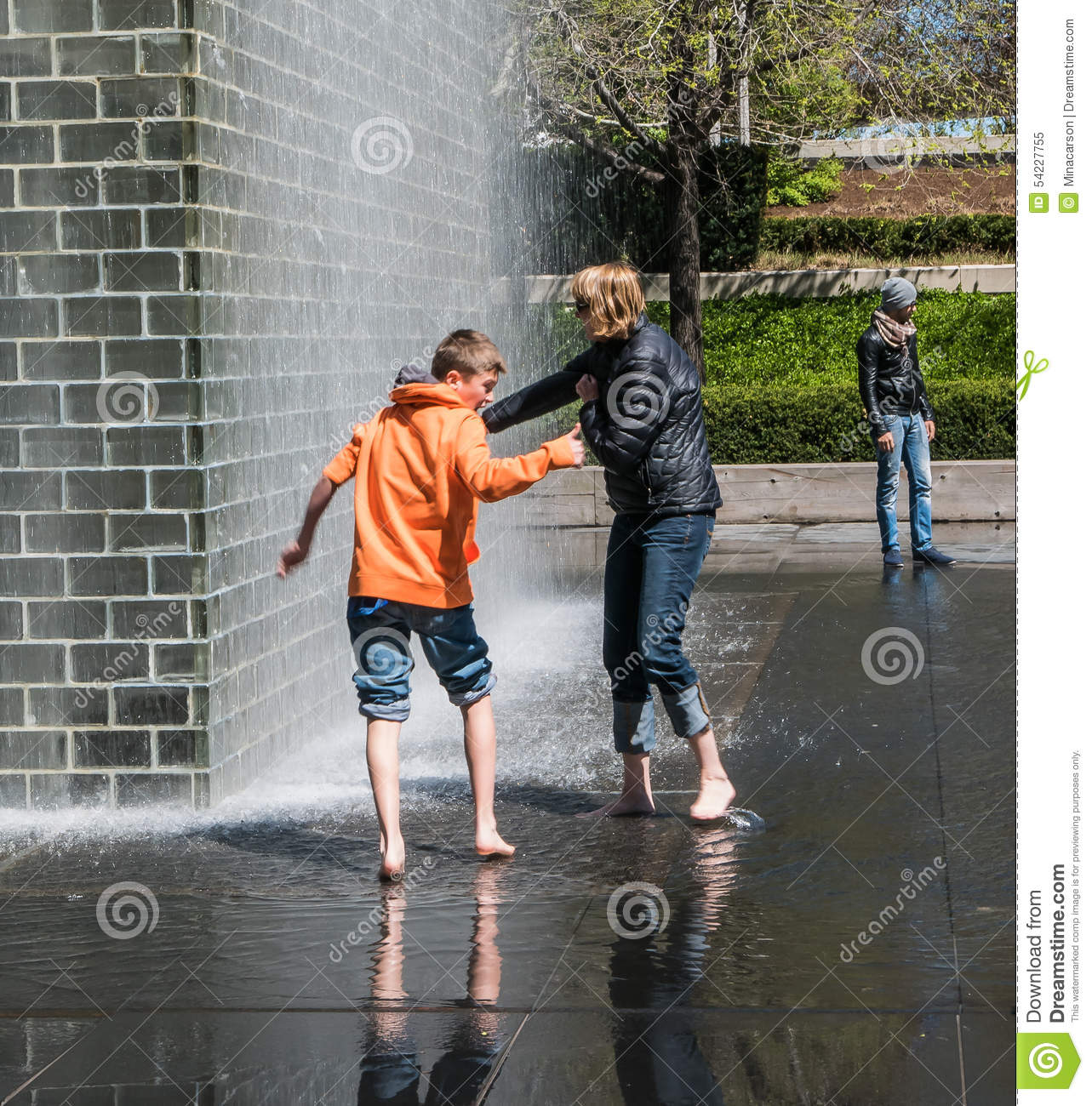 https://thumbs.dreamstime.com/z/mother-son-play-barefoot-crown-fountain-chicago-spray-millennium-park-54227755.jpg