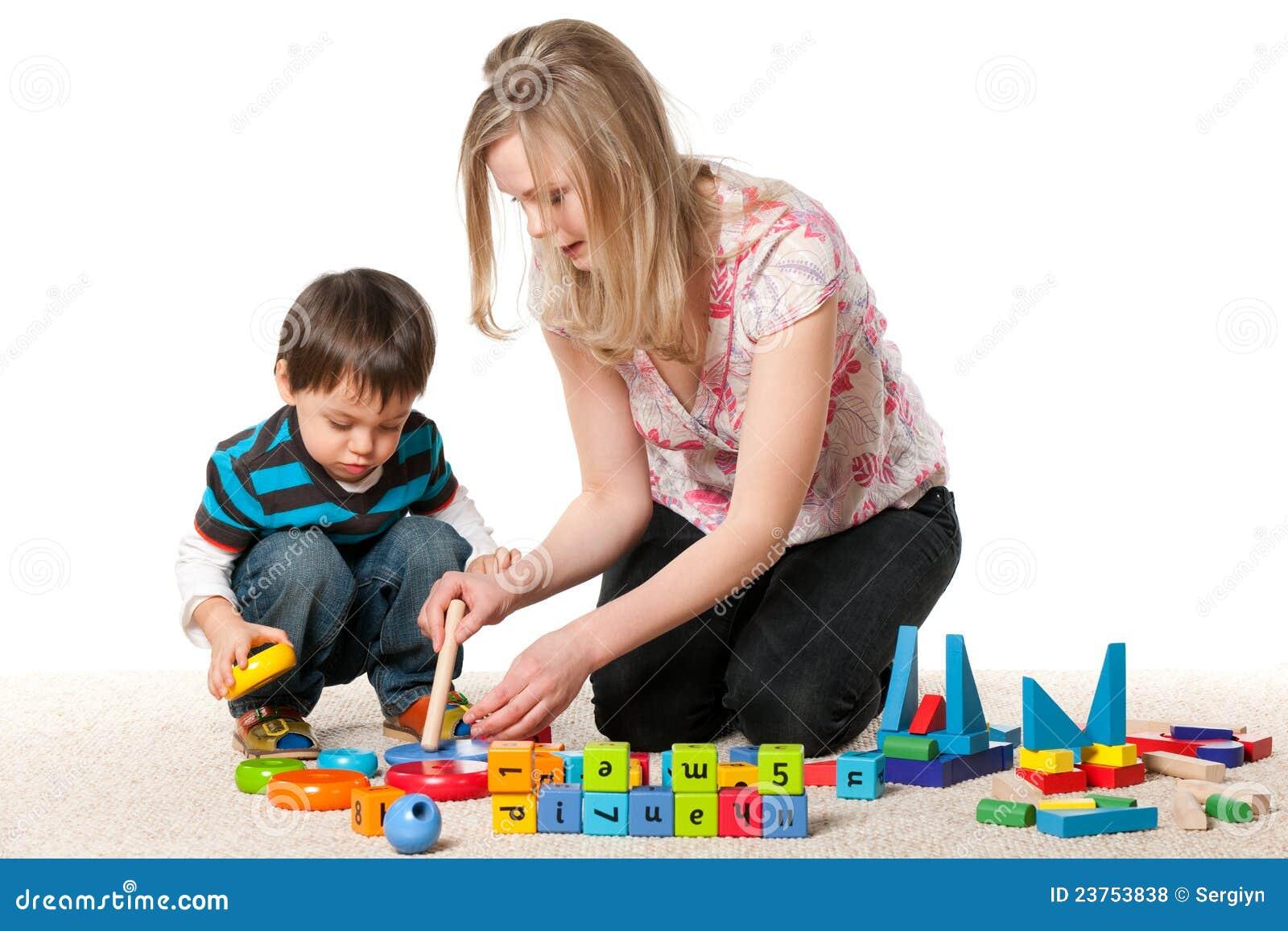 Сын с мамой играют в карты 15 фотография