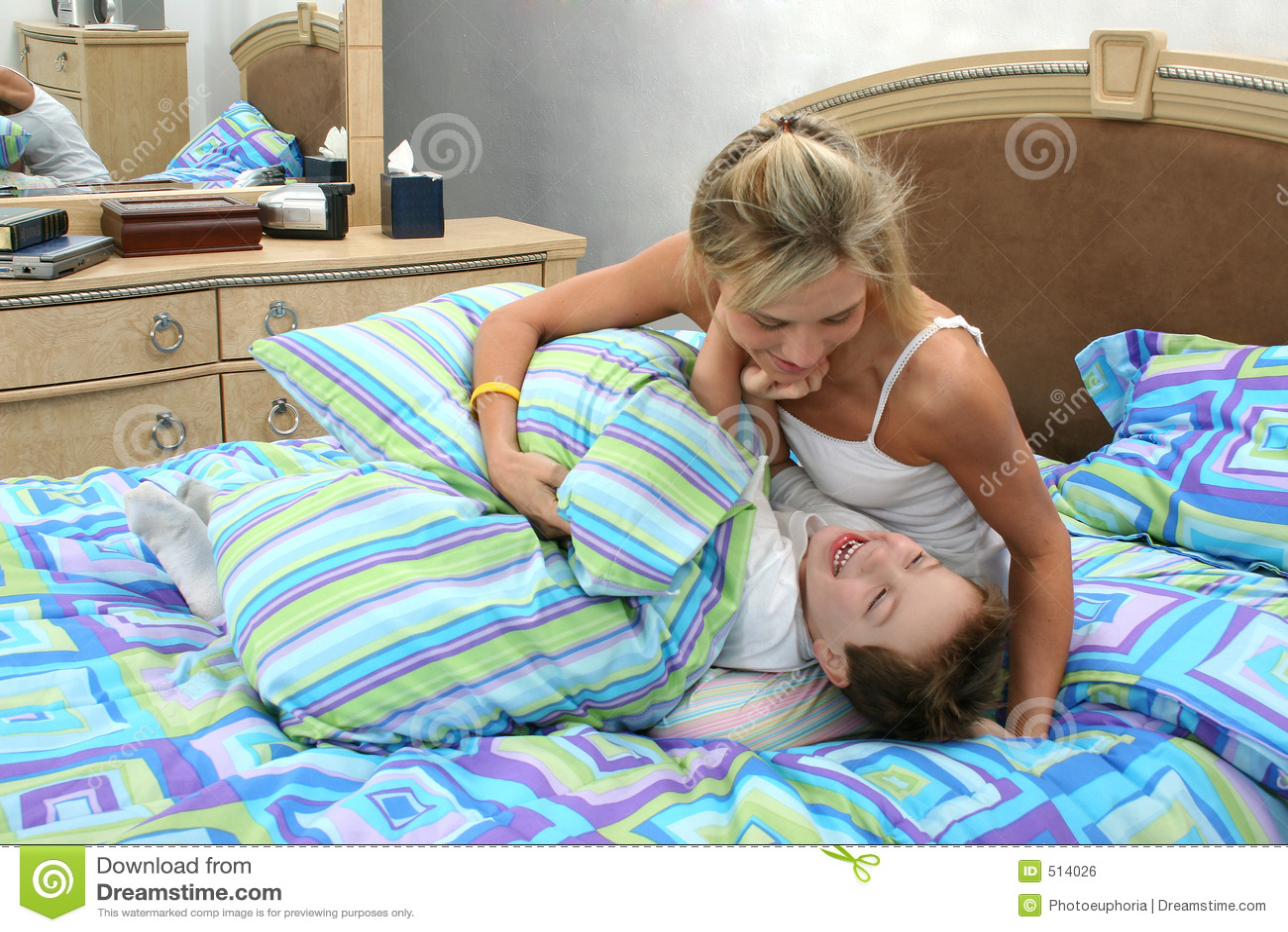 Сынок подсматривал как переодевалась мама, Сын подглядывал как мама дрочит -видео 30 фотография