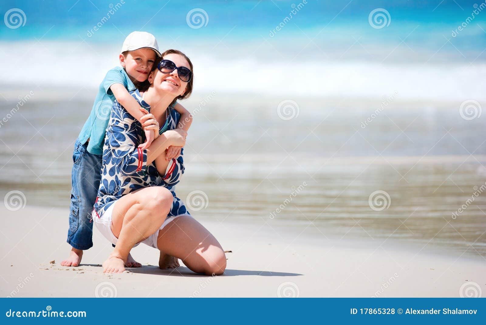 Рассказ секс мамы с сыном на отдыхе, Инцест - Эротический рассказ 23 фотография