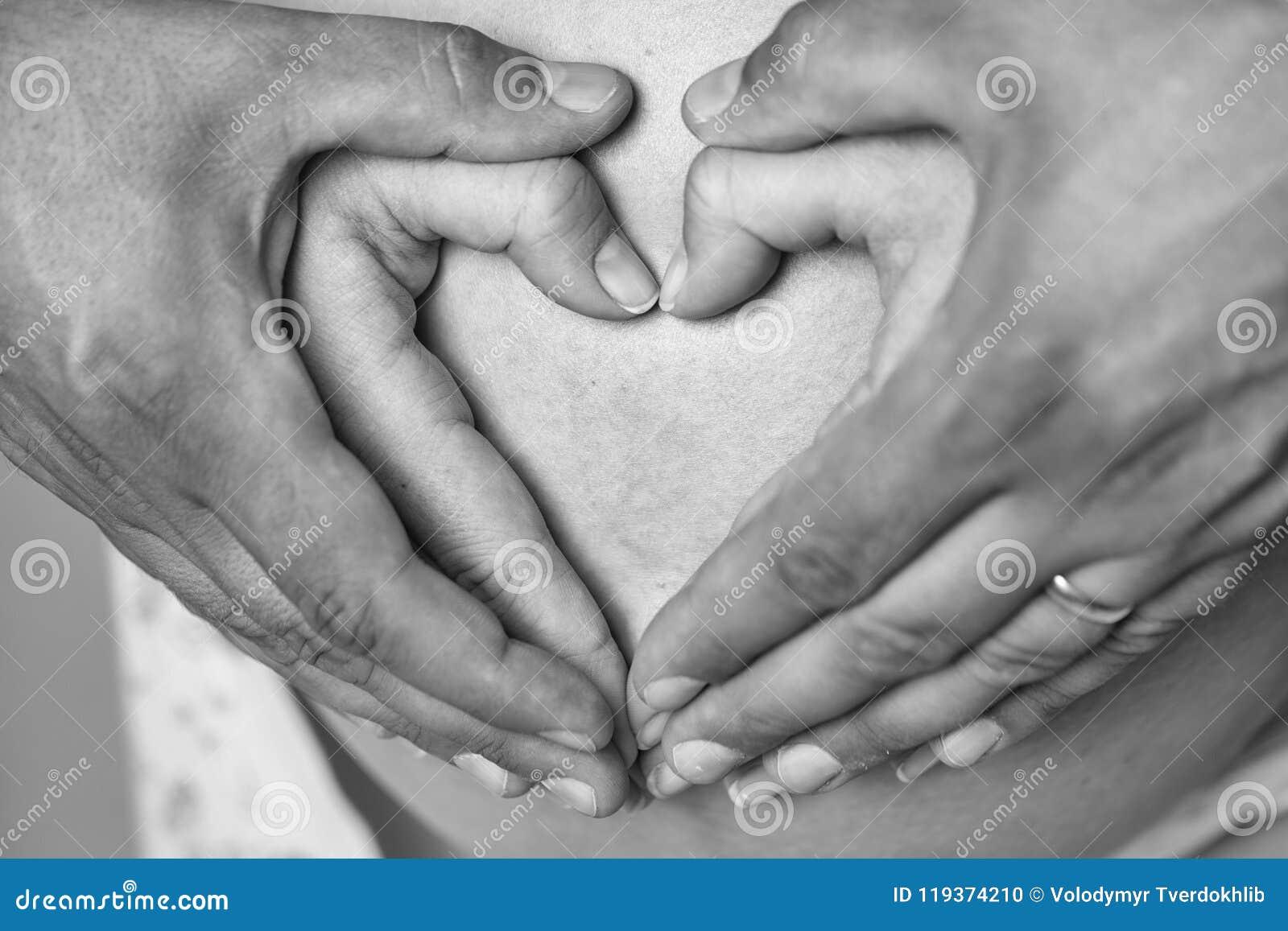 Motherhood As mãos fazem o coração na barriga