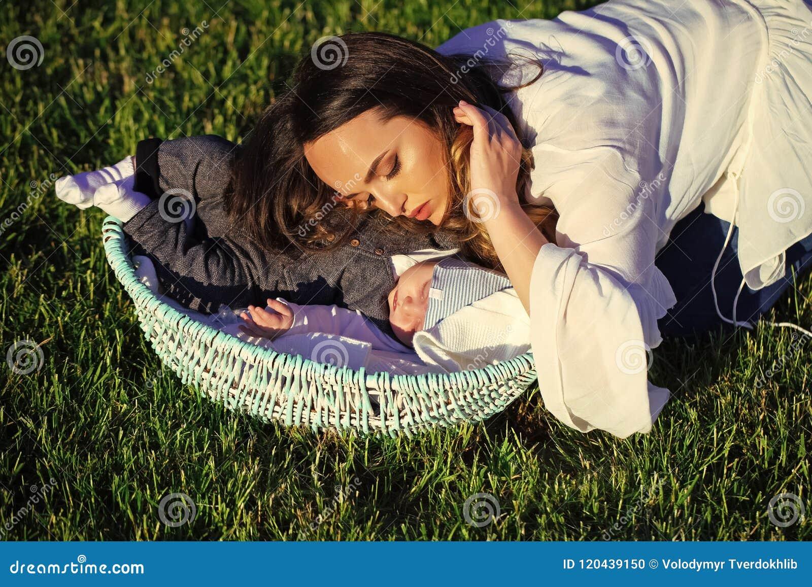 Motherhood Sono da mulher com o menino infantil da criança na cesta exterior