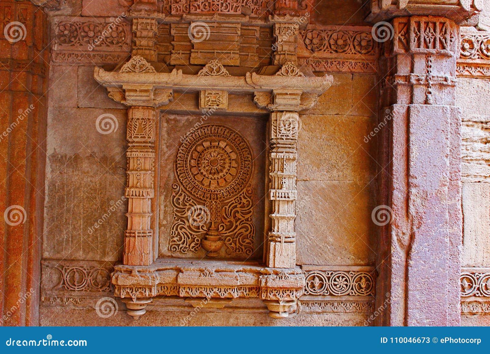 Motif extraordinairement détaillé dans un créneau sur le mur latéral Adalaj Stepwell, Ahmedabad, Goudjerate